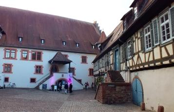 2018-08-25 Odenwald-Krimi-Preisverleihung Burg Michaelstadt Hof Eingang Keller