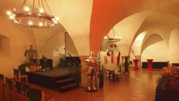 2018-08-25 Odenwald-Krimi-Preisverleihung Burg Michaelstadt Keller Ritterrüstungen