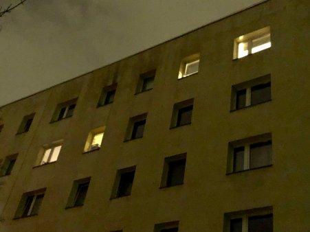 2019-08-19 Habersaathstraße 2019-02-10 abends jetzt überwiegend geschlossene Fenster 2