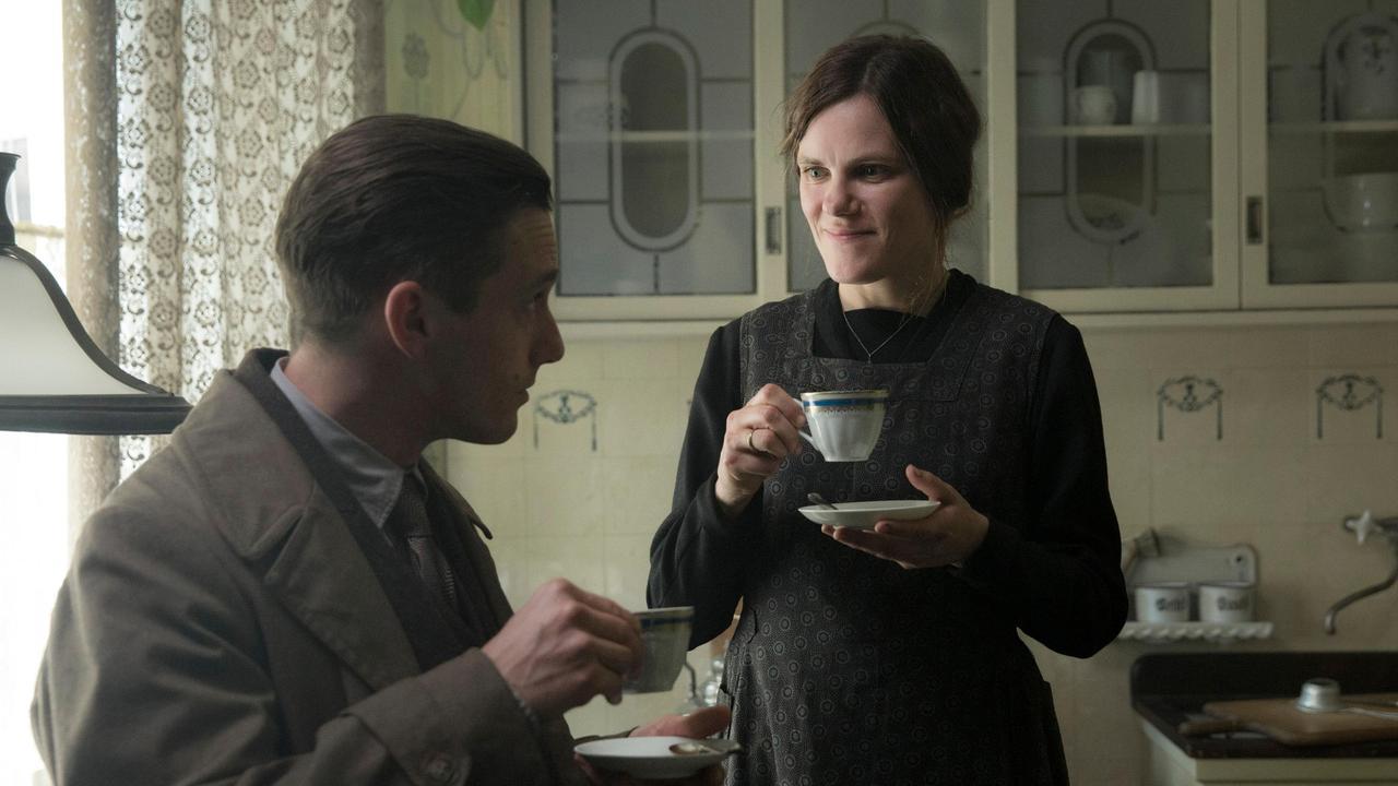 2019-08-03 Babylon Berln Folge 13 001 Rath trinkt einen Kaffee bei Witwe Behnke