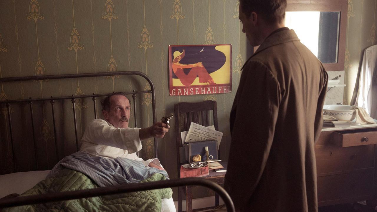 2019-08-03 Babylon Berln Folge 13 002 Rath überrascht Journalist Katelbach im Bett