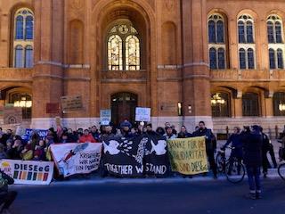 Über 100 Menschen vor dem Eingang des Rathauses.