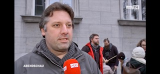Ein Mieter aus der Gleditschstraße 39-42 in Schöneberg wird interviewt.