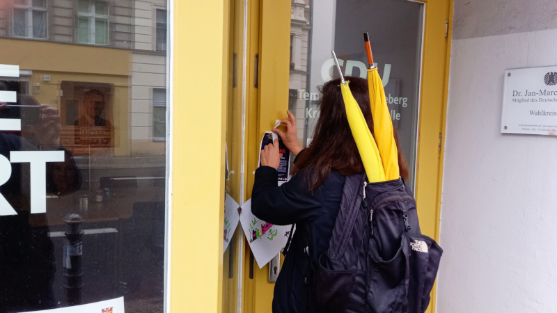 Was macht diese Person da an der Tür des Wahlkreisbüros von Dr. Luczak? Also, das st eine friedliche Demo und einbrechen wird sie sicher nicht.